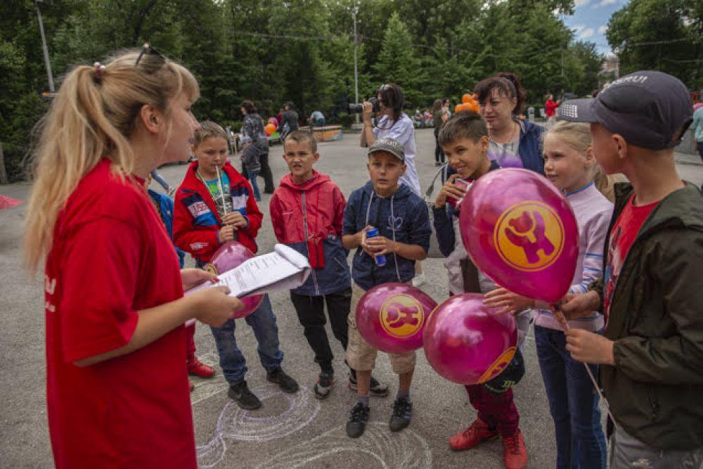 """Залог успеха любого праздника - конкурсы. """"АиФ-Новосибирск"""" вместе с партнерами подготовили увлекательные испытания для детей и взрослых. Ребятишки с энтузиазмом решали анаграммы, рисовали, разгадывали загадки и участвовали в подвижных играх. Ведь, и правда, было, за что побороться: призы - то, что надо!"""