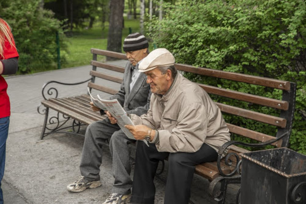 """Мы предложили гостям праздника ознакомиться с последними номерами газеты """"АиФ на Оби"""" и """"АиФ-Сибирь"""". Эту идею новосибирцы приняли на ура: многие насколько увлеклись материалами, что стали читать прямо в парке. Тем более, погода располагала к такому виду отдыха."""