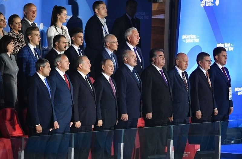 Президент РФ Владимир Путин на церемонии закрытия II Европейских игр в Минске. В первом ряду пятый справа: президент Белоруссии Александр Лукашенко, четвертый справа: президент Таджикистана Эмомали Рахмон, второй справа: президент Международного олимпийского комитета Томас Бах.