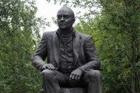 Памятник писателю Валентину Пикулю, установленный в день его 85-летия, работы скульптора Александра Арсентьева в Мурманске.