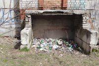 Стихийная свалка бытового мусора и автодеталей у законсервированного здания напротив ж/д вокзала в Сыктывкаре. Каждый день сотни людей, идущих на лыжную базу, видели это безобразие, пока общественники не убрали её во время субботника.