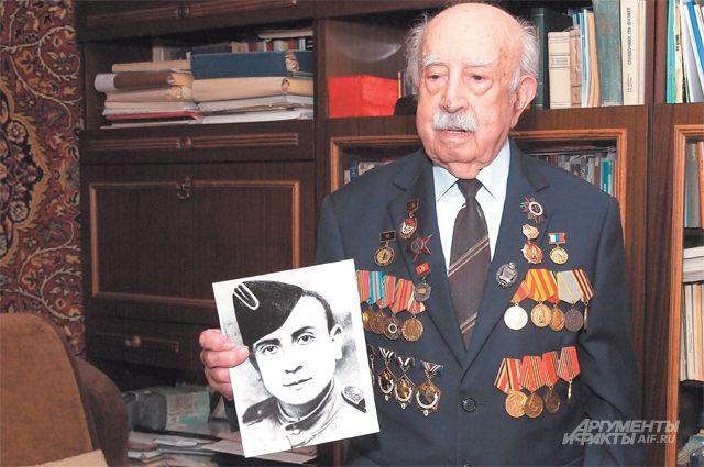 Во время войны Моисей Абрамович служил авиамехаником и стрелком-радистом.