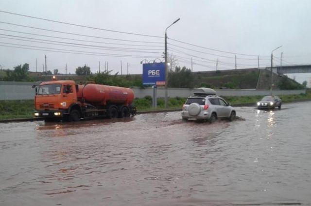 Машины буквально плавают в воде.