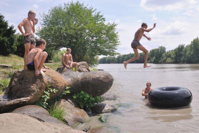 В связи с улучшением погодных условий спасатели ГУ МСЧ России по Новосибирской области напоминают о том, что купаться можно только в официально разрешенных местах.