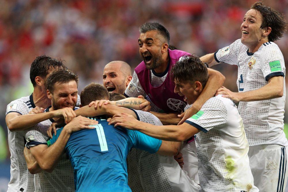 Игроки сборной России радуются победе в матче 1/8 финала чемпионата мира по футболу между сборными Испании и России.