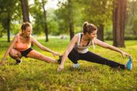 Упражнения на ноги (выпады/наклоны/приседы) можно выполнять с ведром воды в качестве отягощения.
