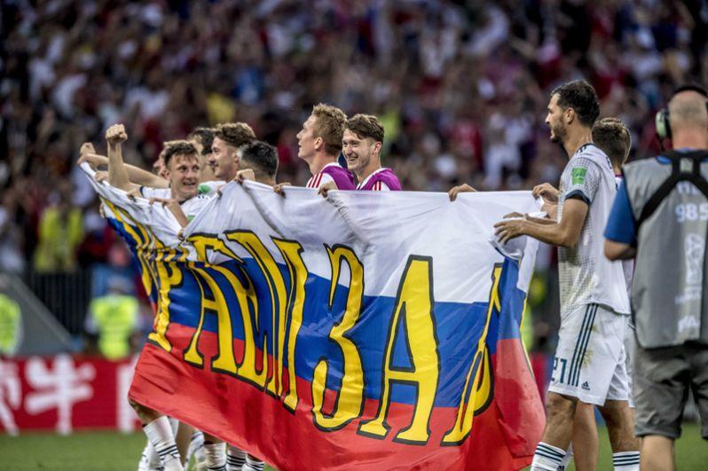Игроки сборной России с плакатом «Играем за вас».