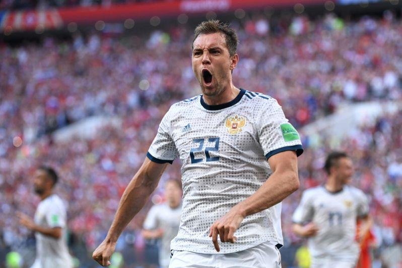 Артем Дзюба (Россия) радуется забитому мячу в матче 1/8 финала чемпионата мира по футболу между сборными Испании и России.