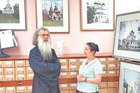 Священно-дьякон Валерий Рублёв и доктор искусство- ведения Галина Пожидаева на фото-выставке в Тёплом Стане.