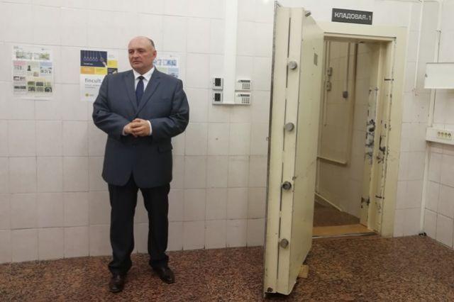 Чтобы открыть дверь в хранилище денег, требовалось два человека со специальными ключами.