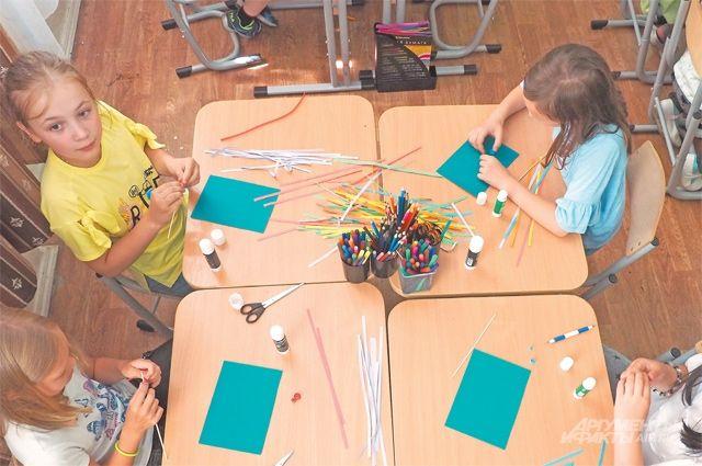 За время «Московской смены» ребята освоят различные техники  декоративного искусства: сегодня втворческой лаборатории создают стрекозу встиле квиллинг.