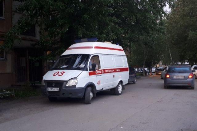 На кольце улиц Мельникайте и Федюнинского перевернулась Toyota