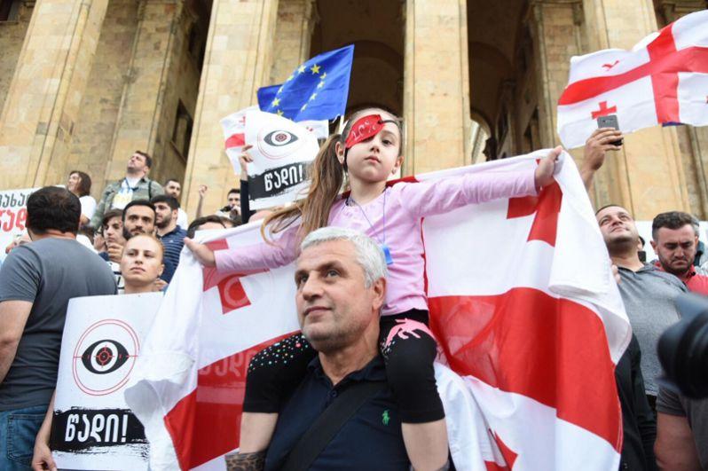 Митингующие прошли по центральным улицам в направлении площади Свободы. Участники шествия несли флаги Евросоюза и Грузии, а также плакаты, на которых написано «Уходи».