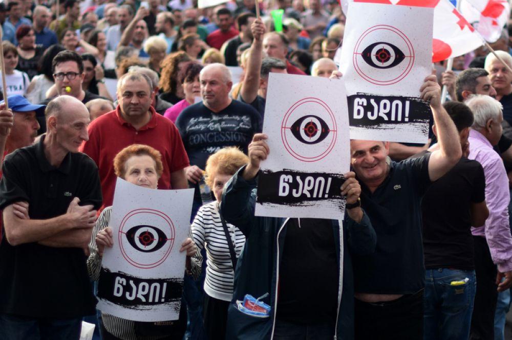 Участники «Марша свободы» на проспекте Руставели в Тбилиси.