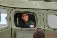 Французскую девушку-лейтенанта даже пустили в кабину огневой машины комплекса ПВО С-400.