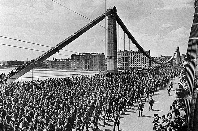 Колонна пленных немецко-фашистских солдат проходит по Крымскому мосту к Курскому вокзалу.