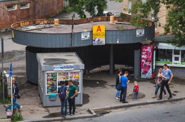 Луговая – олицетворение всего, что не понравилось московскому блогеру: узенькие тротуары, пакеты на урнах и виадук, который не одолеет инвалид