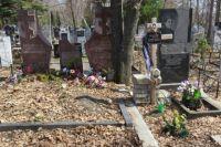 Приставы наложили арест на два гроба, траурный венок, камеры наружного наблюдения и жёсткий диск.
