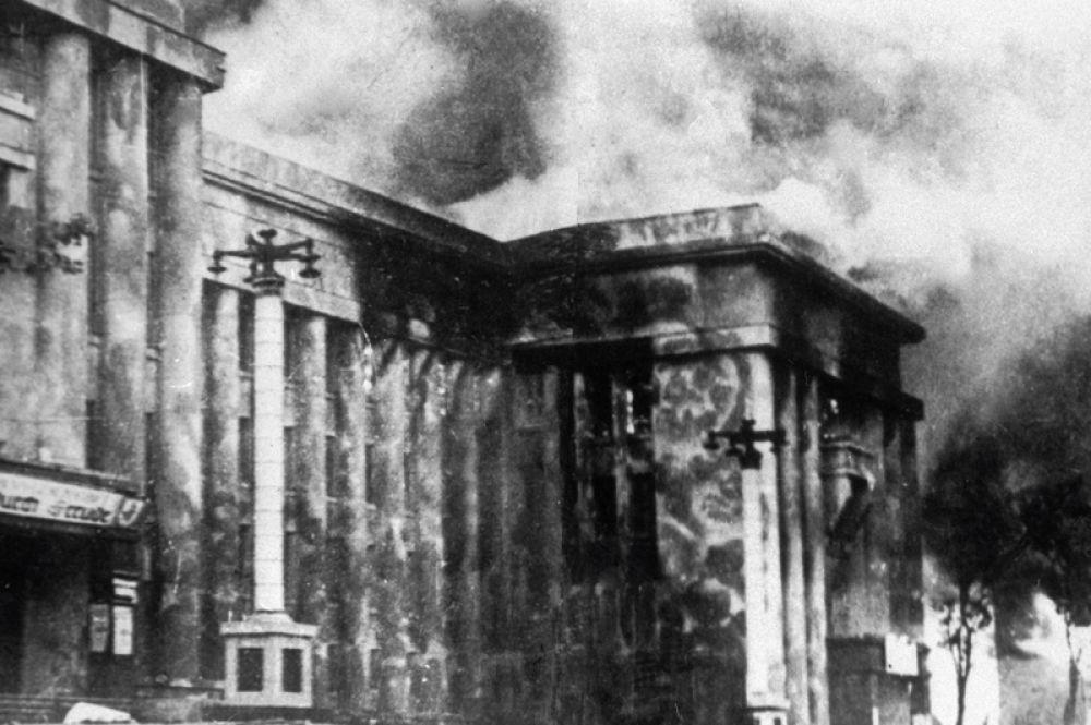 Здание Дома Красной Армии в день освобождения.