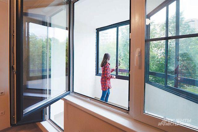 Балконы и лоджии домов по программе реновации застеклены, на полу керамогранитная плитка.