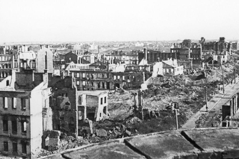 Город после освобождения от немецко-фашистских захватчиков.