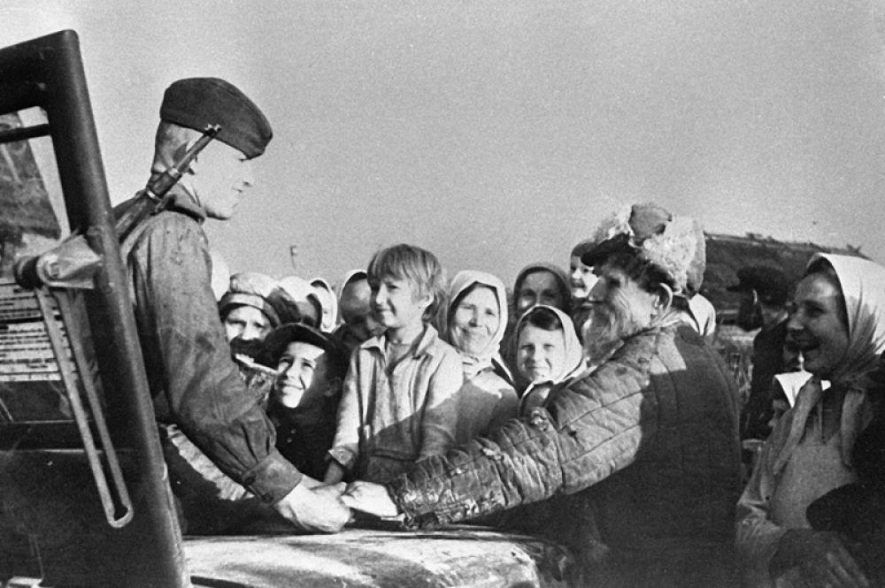 Жители Минска встречают советских воинов.