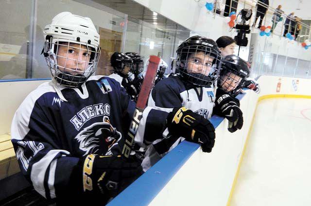 Юные хоккеисты из Александровска нередко соперничают на льду с ровесниками из Березников.