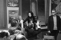 Джуна Давиташвили беседует с работниками редакции журнала «Техника молодежи». 1980 г.
