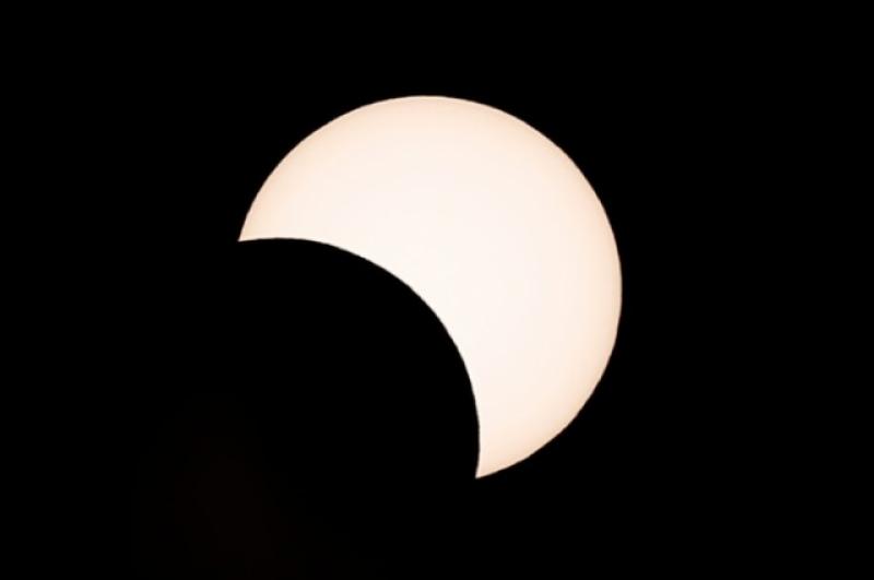 Солнечные затмения бывают нескольких видов: частичное, полное, кольцеобразное и кольцеобразно-полное.