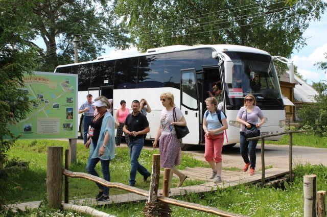 Туристические автобусы из Углича до Мартынова добираются объездным путём в 60 км.