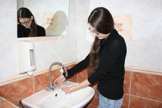 Во многом на качество поставляемой питьевой воды влияет состояние водоводов. В систему она попадает чистой, а дальше собирает в себя всё, что за многие годы отложилось на трубах...