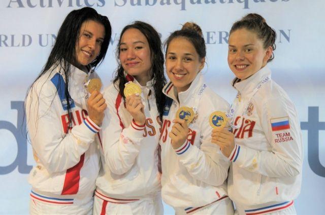 Алина Налбандян (вторая слева) параллельно с занятием профессиональным спортом получает высшее образование.