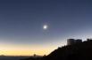 Во время затмения Луна затмевает полностью диск Солнца, при этом можно увидеть лишь «корону» Солнца.