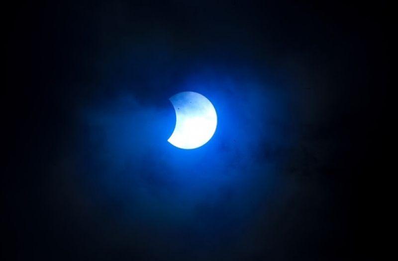 Полное затмение Солнца теоретически может длиться до 7 минут 32 секунды. В течение года происходит по меньшей мере два затмения Солнца.