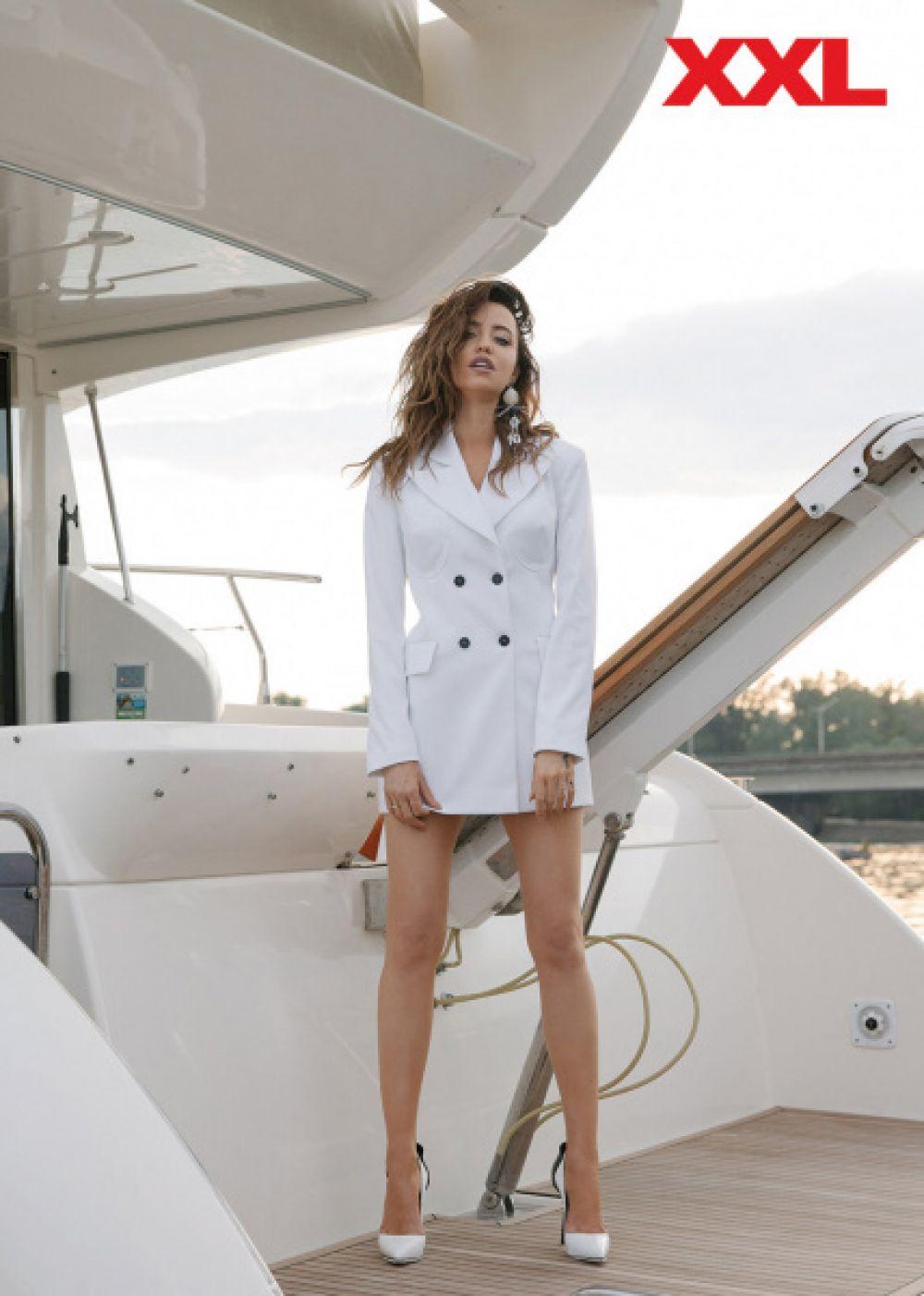 Подписчики певицы особенно отметили ее элегантный образ в белом платье-пиджаке и с оригинальными аксессуарами.
