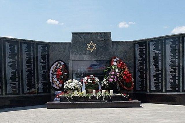 Имена жертв холокоста высечены на плитах мемориала в Минводах..
