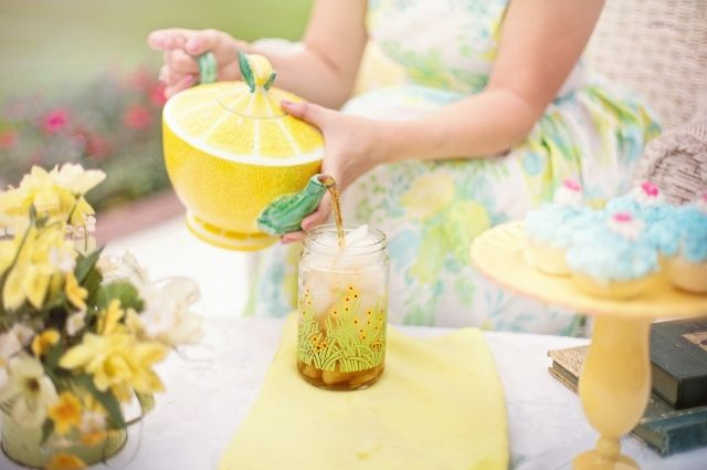 Лето обретёт свой вкус, если добавить в чай листья и травы из своего сада.