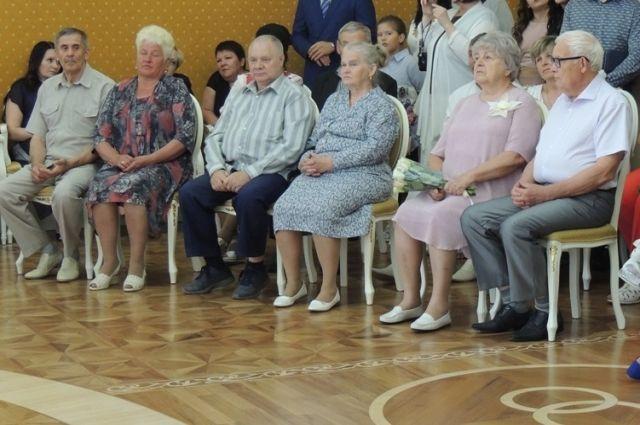 15 тюменским семьям за долгие годы в браке вручили медали