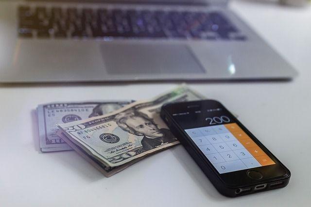 Подсудимые переводили доллары на банковские счета нерезидентов.