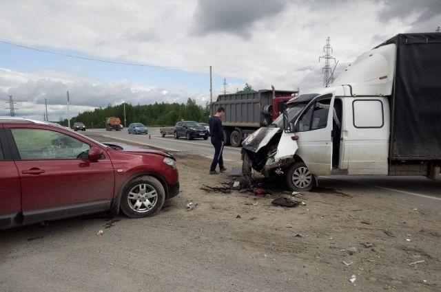 Водитель грузовика не пропустил иномарку.