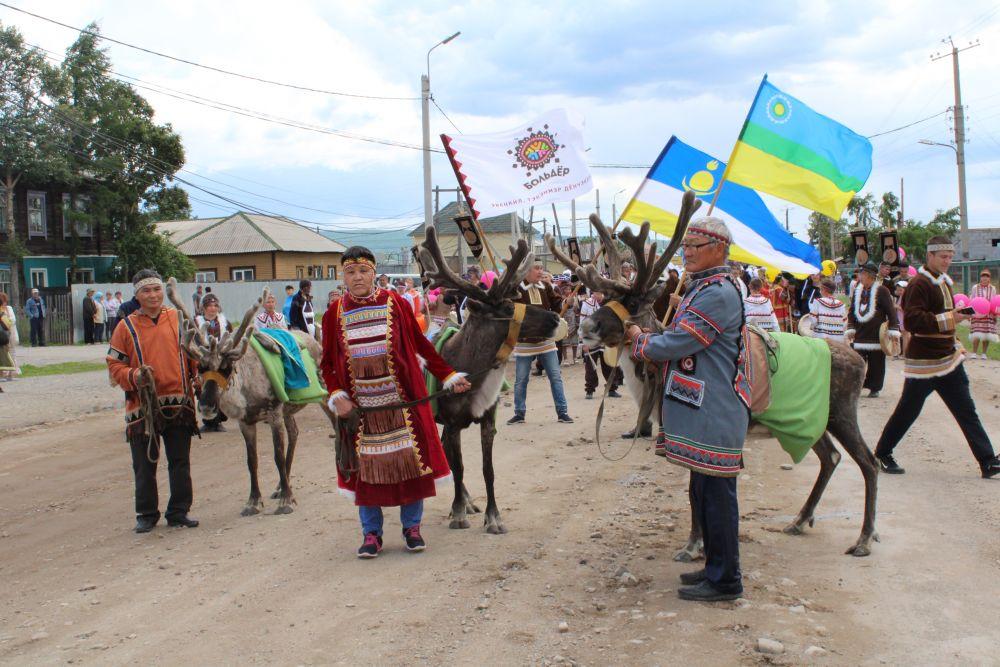 А на улицах села прошло шествие, возглавили которое старейшины эвенкийских родов Лебедя, Гольдегир и Киндигир, а также первого и второго Чильчагирского родов.
