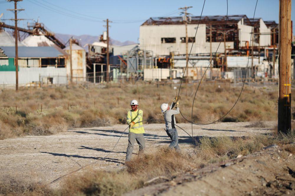 Рабочие ремонтируют линию поврежденную электропередач.