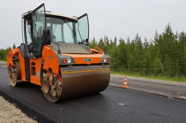 Дорожники ремонтируют участок трассы на границе ЯНАО по графику