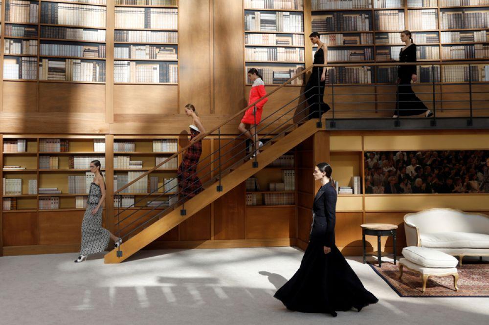 Модели демонстрируют коллекцию одежды Chanel — первую коллекцию, созданную новым главой модного дома Виржини Виар после смерти Карла Лагерфельда — на Неделе моды в Париже, Франция.