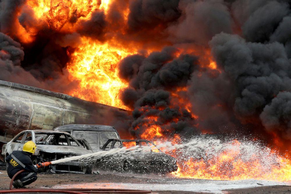 Тушения пожара на трубопроводе в Лагосе, Нигерия.