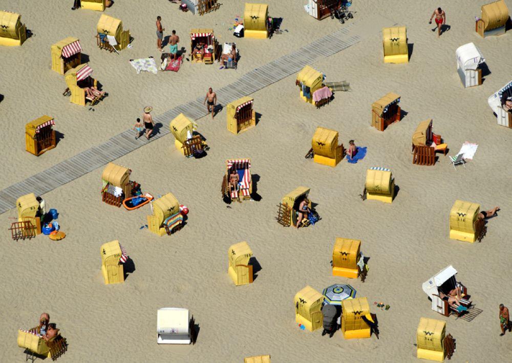 Люди загорают на пляже у Балтийского моря в Травемюнде, Германия.