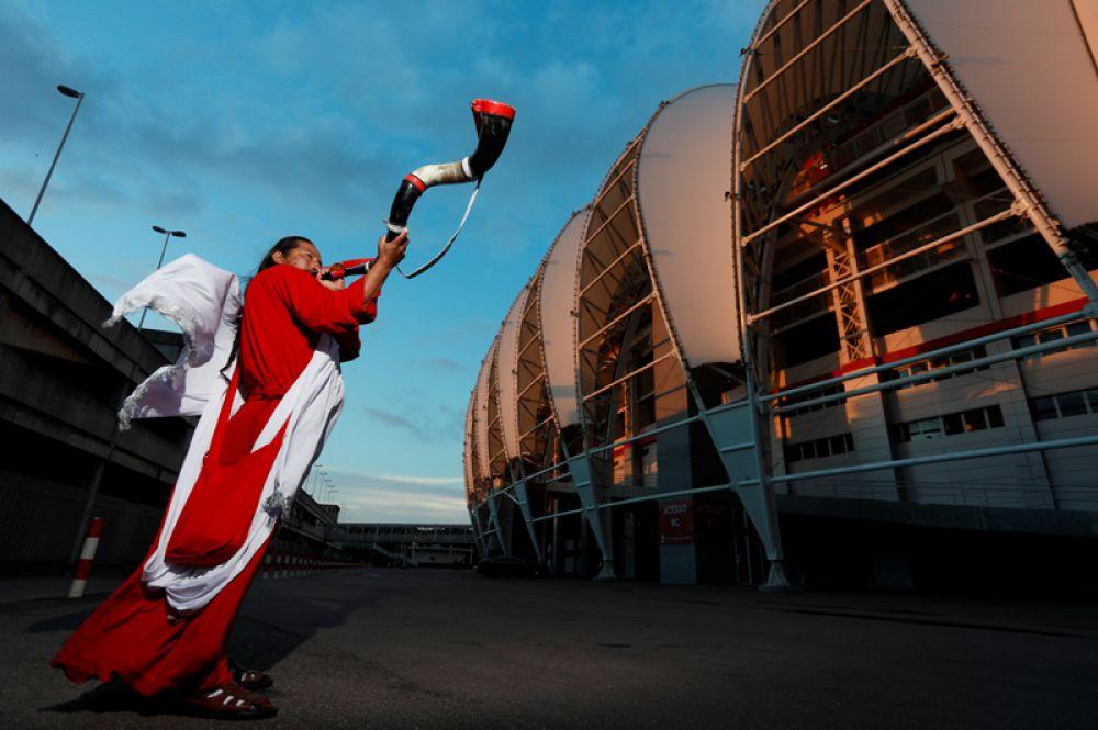Перуанский футбольный болельщик возле стадиона Beira Rio в Порту-Алегри, Бразилия.