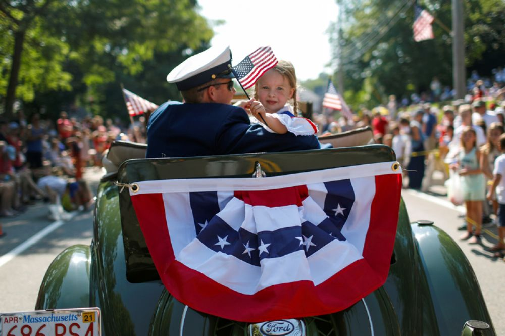 Во время ежегодного парада 4 июля на Кейп-Код, штат Массачусетс, США.