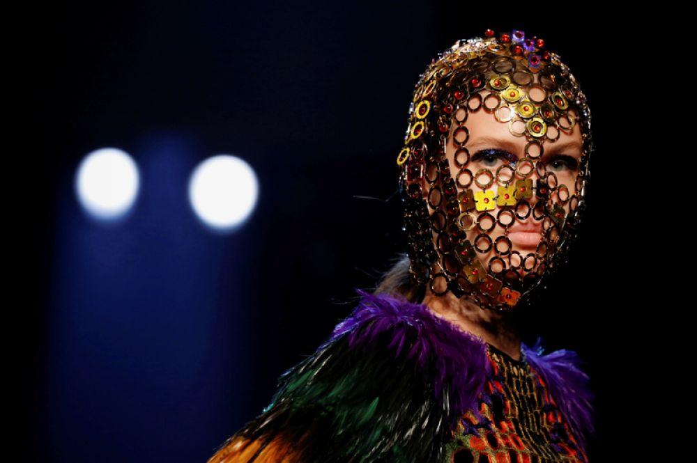 Модель на показе Жана Поля Готье в рамках Недели моды в Париже, Франция.