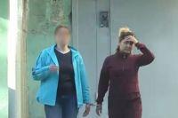 Момент задержания Луизы Хайруллиной (на фото справа).